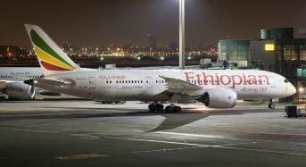Le vol inaugural d'Ethiopian Airlines/Air Côte d'Ivoire est arrivé à Newark airport (New Jersey, USA)