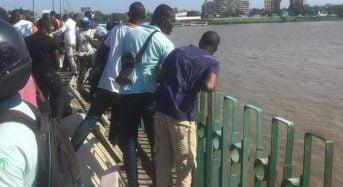 Une fourgonnette avec un corps sans vie repêchée de la lagune à Abidjan en Côte d'Ivoire