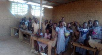 A Goréké en Côte-d'Ivoire, un bâtiment en terre battue sert de salle de classe à des élèves (Reportage)