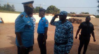 Kouyaté Youssouf, Dg de la police nationale apporte son réconfort aux agents du commissariat de Botro saccagé