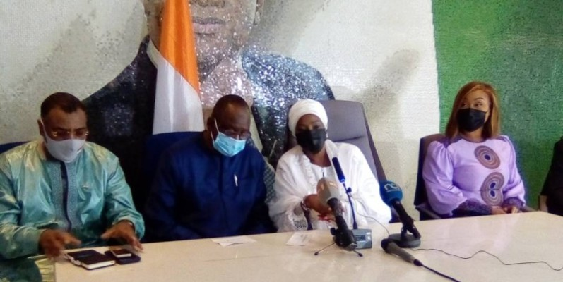 Kandia Camara talks with a ministerial delegation from Niger that arrived in Côte-d'Ivoire